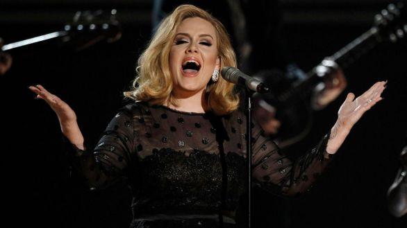 Adele reaparece como presentadora y entre rumores de nuevo disco