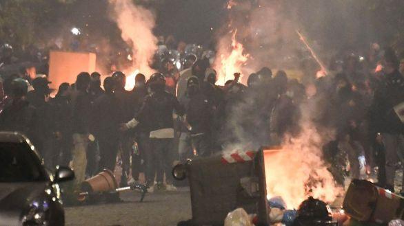Batalla campal en Nápoles contra el toque de queda