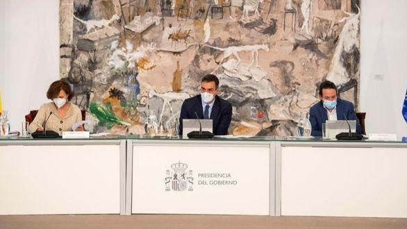 El presidente del Gobierno, Pedro Sánchez, junto a la vicepresidenta primera, Carmen Calvo, y el vicepresidente segundo, Pablo Iglesias, este domingo.