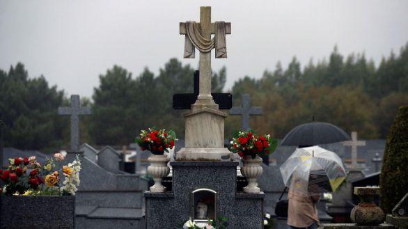 Día de Todos los Santos en un cementerio de Lugo.