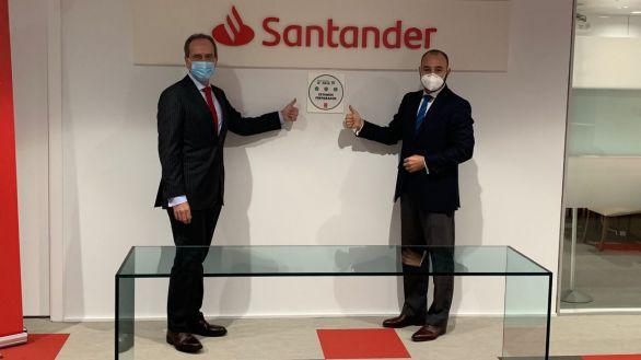 Alberto Delgado, director territorial de Banco Santander en Madrid (izqda.) y Manuel Giménez, consejero de Economía, Empleo y Competitividad de la Comunidad de Madrid..