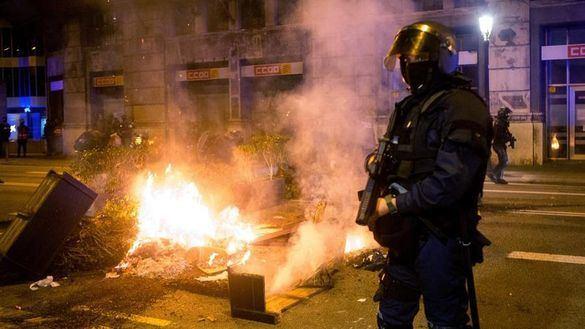 Decenas de ultras y negacionistas detenidos en altercados en Barcelona, Burgos, Santander y Valencia