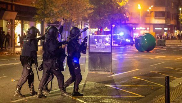 Segunda noche de disturbios con detenidos, heridos y saqueos por las medidas anticovid