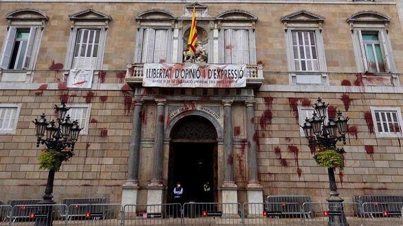 Lanzan pintura contra el Palau de la Generalitat por el cierre de la hostelería