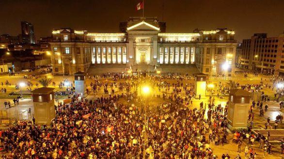 Nueva noche de represión policial durante las protestas en Lima