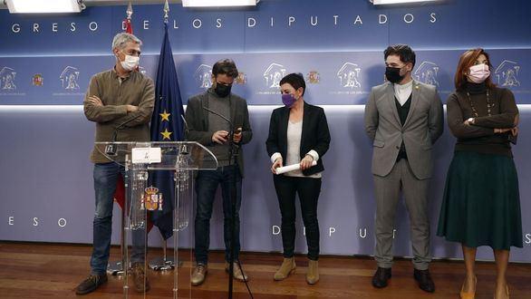 Los diputados de EH Bildu Oskar Matute (i) y Mertxe Aizpurua (c) junto al diputado de Unidas Podemos Jaume Asens (2i) y los diputados de ERC Gabriel Rufián (2d) y Carolina Telechea.
