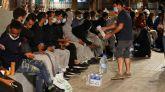 Decenas de inmigrantes ilegales marroquíes en las calles de Gran Canaria, la pasada noche.