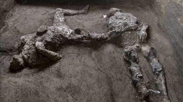 Logran reconstruir con sus ropajes dos cuerpos hallados en Pompeya