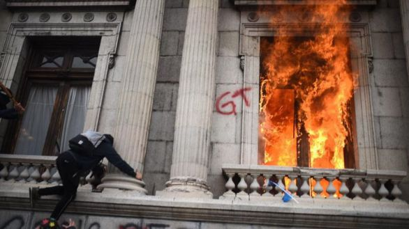 Manifestantes prenden fuego al Congreso de Guatemala este sábado en Ciudad de Guatemala.