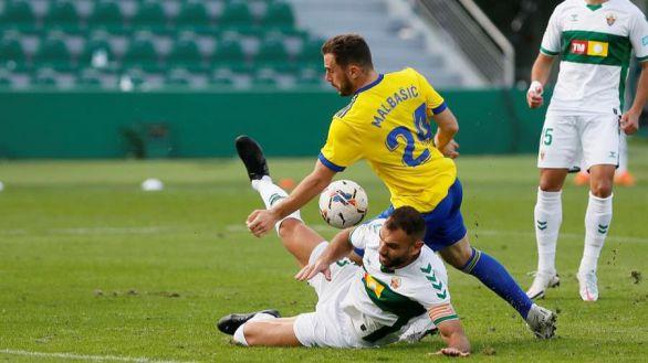 El Elche resiste en inferioridad a un Cádiz sin pólvora  1-1