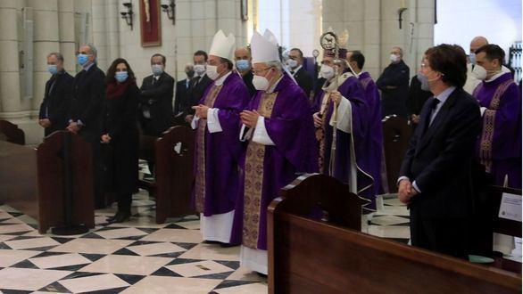 El alcalde de Madrid José Luis Rodríguez Almeida, y la presidenta de la Comunidad de Madrid, Isabel Díaz Ayuso, en la catedral de La Almudena, en la que se celebra una misa funeral por los médicos fallecidos por el COVID-19.