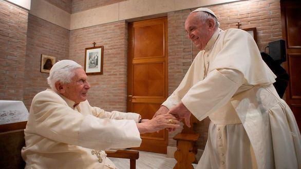 El Papa Francisco visita a Benedicto XVI junto a sus nuevos cardenales