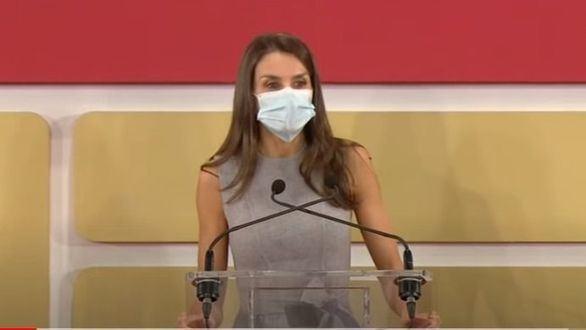 La Reina se atreve con el valenciano y cambia el discurso en papel por el móvil