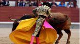 El diestro José Garrido da un pase a su primer toro durante el séptimo festejo de la Feria de San Isidro