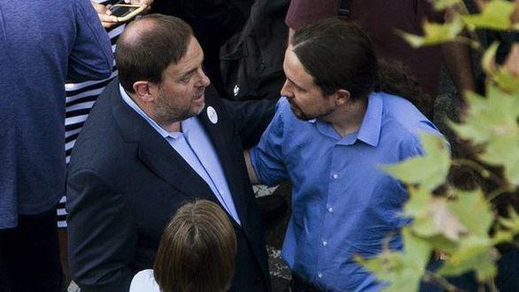 El vicepresidente segundo y líder de Podemos, Pablo Iglesias, charlando con el líder de ERC, Oriol Junqueras en el Congreso.