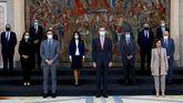 El Rey Felipe VI posa junto al presidente del Gobierno, Pedro Sánchez y la vicepresidenta primera del Gobierno, Carmen Calvo, durante la foto de familia de la reunión del patronato de la Fundación Carolina celebrada en Madrid.