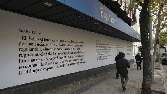 El PP reviste su sede con artículos de la Constitución: