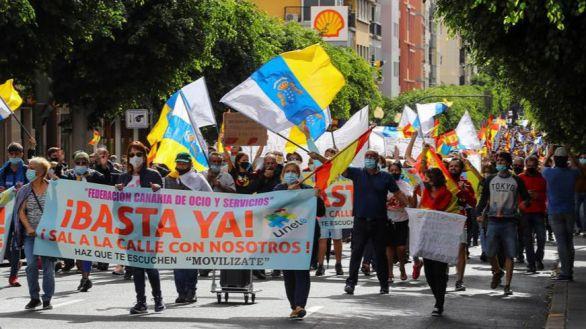 Manifestantes canarios exigen trasladar a los inmigrantes ilegales fuera de los hoteles