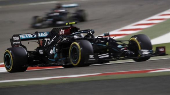 GP Sakhir. Sin Hamilton, Bottas se apunta otra 'pole' a pesar de la perla Russell