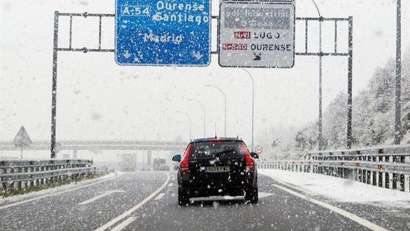 La nieve complica el tráfico en 300 kilómetros de vías del norte