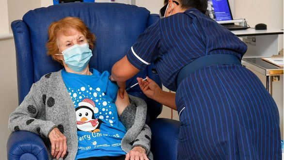 Una británica de 90 años es la primera del mundo en recibir la vacuna de Pfizer