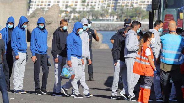 Cientos de inmigrantes son trasladados a la Península, pero al Gobierno
