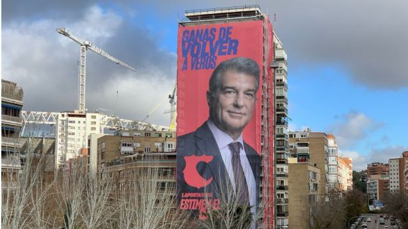 Laporta despliega una gran pancarta a escasos metros del Santiago Bernabeu