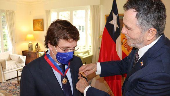 Almeida, condecorado con la Orden de Bernardo O'Higgins del Estado de Chile