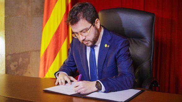 El president en funciones, Pere Aragonès firma el decreto de convocatoria de elecciones.