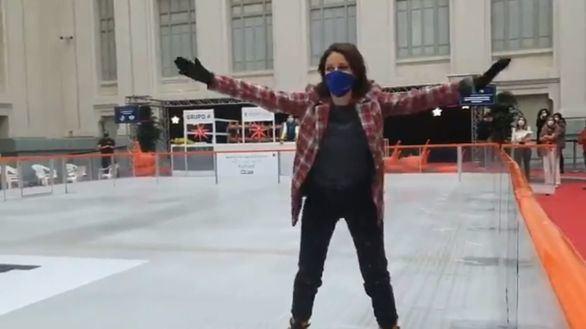 Andrea Levy se cae mientras felicita la Navidad sobre patines
