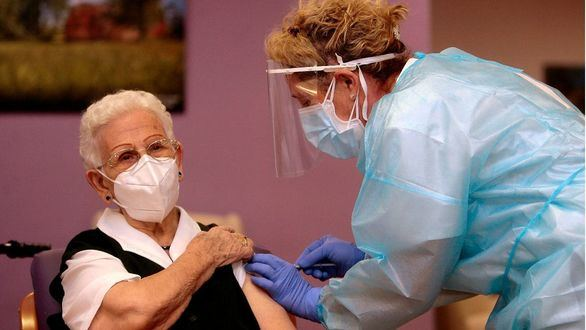 Araceli, una mujer de 96 años, la primera vacunada en España