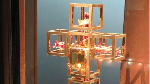 La Fundación Dalí restaura La cruz del ángel, una joya de oro, diamantes y coral
