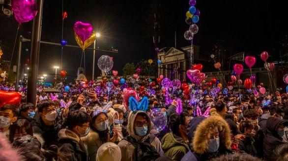 Festejos multitudinarios: así celebró Wuhan, epicentro de la pandemia, el año nuevo