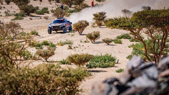 Rally Dakar. Carlos Sainz luce categoría: remonta, gana la etapa y lidera la general