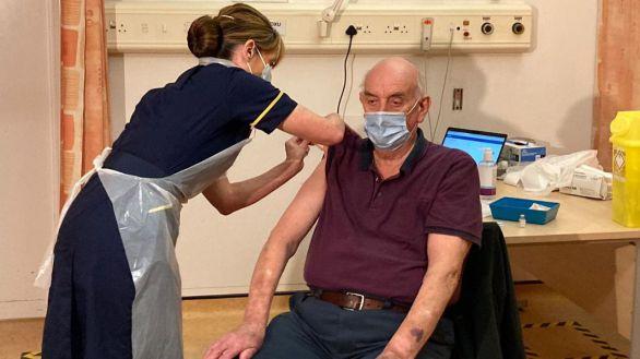 Un hombre de 82 años, primero en recibir la vacuna de Oxford en el mundo