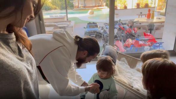 Pilar Rubio y Sergio Ramos muestran la ilusión de sus hijos antes de abrir los regalos