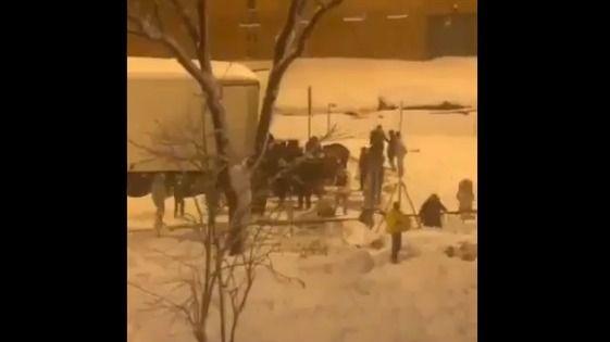 Desvalijan un camión de comida varado por la nieve en la M-30