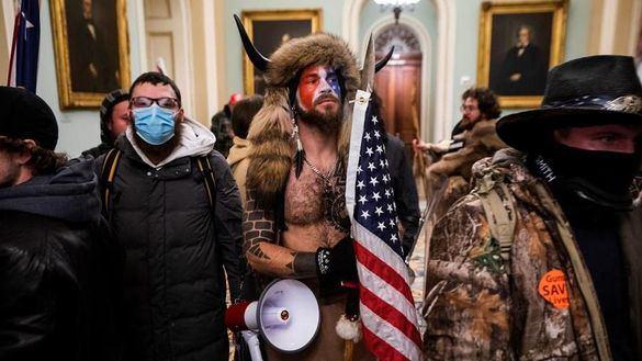 El hombre vestido de bisonte que irrumpió en el Capitolio pide el perdón de Trump