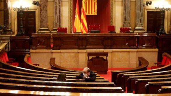 l presidente del grupo parlamentario de Socialistes i Units per Avançar, Miquel Iceta habla con la diputada de su grupo Eva Granados, este miércoles en el Parlament.