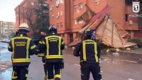 El viento arranca la fachada de un edificio en Vallecas y derriba un árbol en Cibeles