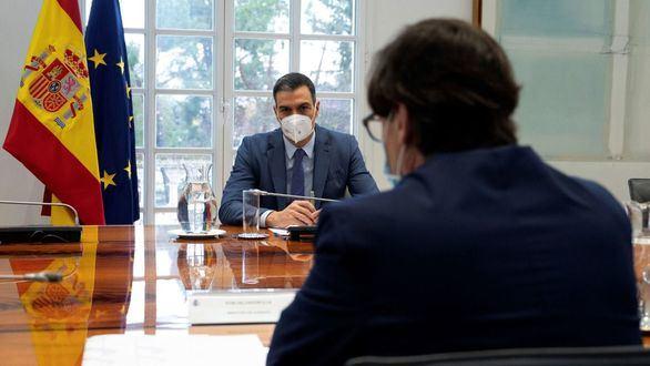 El presidente del Gobierno, Pedro Sánchez, con el ministro de Sanidad, Salvador Illa, de espaldas.