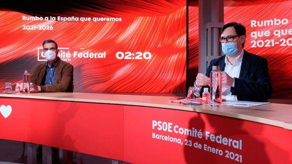 El presidente del Gobierno, Pedro Sánchez (i), junto al número uno del PSC al 14F, el ministro Salvador Illa (d), durante el Comité Federal del partido en la sede del PSC en Barcelona.