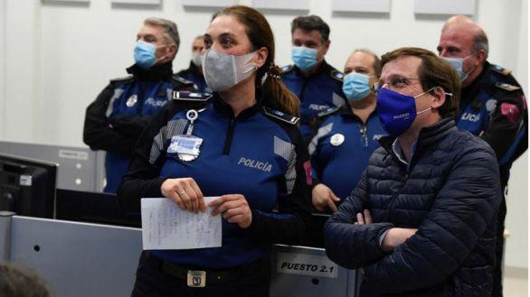 El alcalde de Madrid, José Luis Martínez Almeida (d) acudió este domingo a conocer el dispositivo de la Policía Municipal para garantizar el cumplimiento de las nuevas restricciones sanitarias por la covid-19 en la Jefatura del Cuerpo de la Policía Municipal de Madrid.
