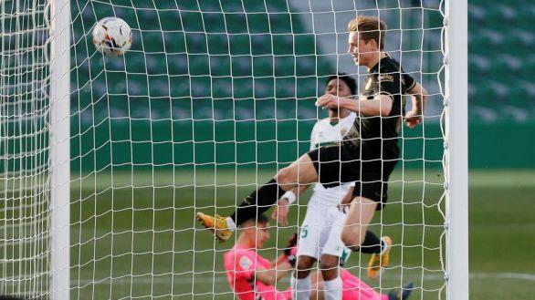 De Jong regatea al pinchazo del Barcelona en Elche   0-2
