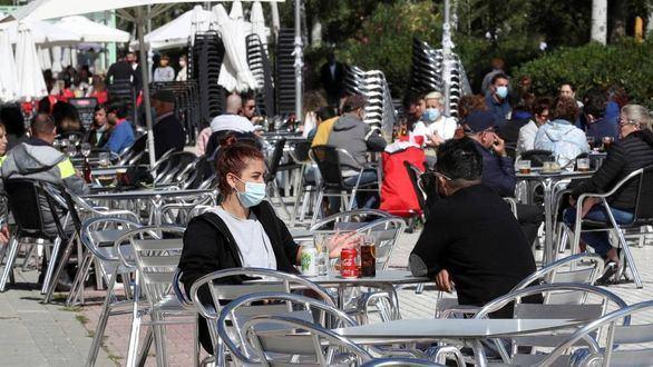 Madrid amplía desde este viernes de cuatro a seis los comensales en terrazas