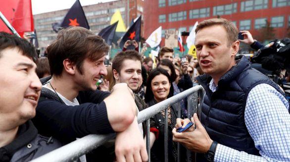 Rusia condena al opositor Navalni a tres años y medio de cárcel