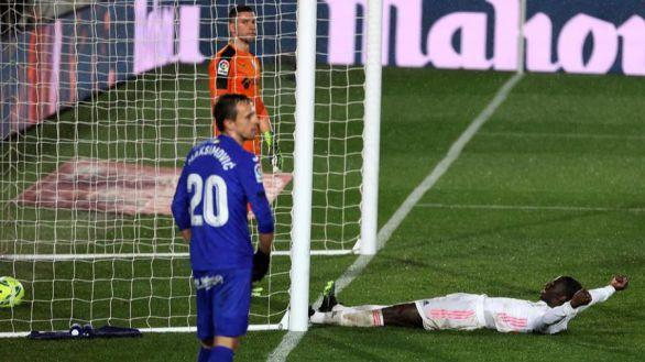 El Real Madrid hace de la necesidad virtud para doblegar al Getafe  2-0