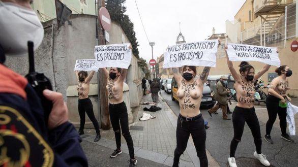 Activistas de Femen increpan al candidato de Vox, Ignacio Garriga, en su colegio