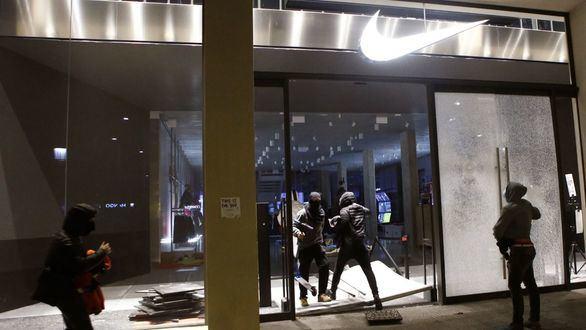 Quinta noche de saqueos, destrozos en el Palau de la Música y 38 detenidos