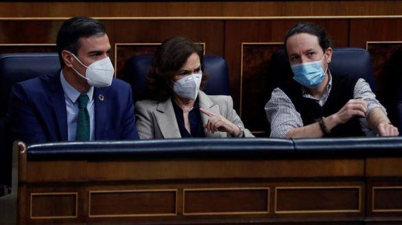 El presidente del Gobierno, Pedro Sánchez, junto a la vicepresidenta primera del Gobierno, Carmen Calvo y el vicepresidente segundo, Pablo Iglesias, este miércoles en el Congreso.